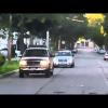 Jeep объезжает школьный автобус по обочине