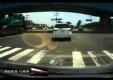 Чумовая аварии: Кран цепляет автомобиль на дороге и двигается вместе дальше