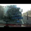 Водитель грузовика, выброшенный из кабины во время аварии приземляется на ноги