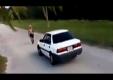 Человек не удачно прыгает через движущийся автомобиль
