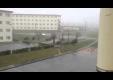 Тайфун переворачивает машину и несет бак с мусором в Японие