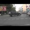 Украинские водитель и пассажир уходят с места аварии