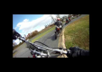 Заклинивает мотошлем во время гонок и мотоциклист зажат как рыба на крючке