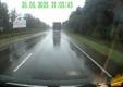 Дрифтующий дальнобойщик на мокрой дороге