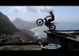 Французский байкер Джульен Дюпонт показывает трюки в Рио-де-Жанейро