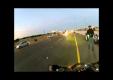 Группа мотоциклистов подскальзываются на пенопласте на шоссе