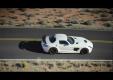 Mercedes-Benz SLS AMG показывает белую серию в движении в первый раз