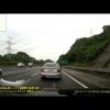 Внедорожник Lexus RX играет на оживленном шоссе в «футбол» с Toyota Vios