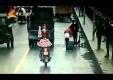 Пешеход получает по голове открытой дверью машины