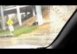 Acura NSX Aquaplanes вылетает с дороги, едва не задев опору моста