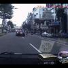 Быстро едущий BMW сбивает велосипедиста