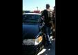 Что эта толпа людей делают с полицейским автомобилем?