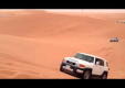 Toyota FJ Cruiser летит через песчаную дюну