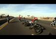 Трюки на мотоциклах байкеров в костюмах Деда Мороза