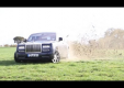 Водитель дрифтит по бездорожью на Rolls Royce Phantom 2013 года