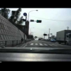 Водитель мотоцикла теряет ребенка на дороге