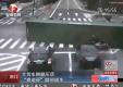 Контейнеровоз переворачивается прямо перед мотоциклистом
