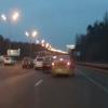 Двое водителей провоцируют аварию на дороге, и уезжают