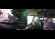 Пешеход разбивает ветровое стелко ногой на движущейся машине