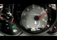Porsche Cayman S дрифтует на заснежанной дороге на высоких скоростях
