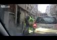 Сборщик мусора избивает нетерпеливого водителя