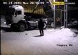 Водитель грузовика забывает опустить кузов самосвала и врезался в забор