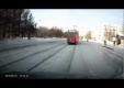 Женщина думает лишь о том, как успеть на трамвай