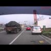 Женщина водитель ставит свой Mitsubishi на два колеса
