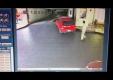 Парковщик разбивает клиентскую машину