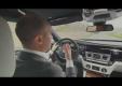 Менеджер Rolls-Royce  показывает мощную модель бренда