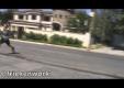 Невероятно: Подросток переходит движущийся автомобиль