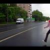 Подросток бросается под колеса машины