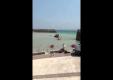 Внедорожники Mitsubishi Pajero застрял в море недалеко от берега