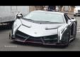 Lamborghini Veneno едет по улице