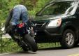 В Киеве мотоциклист ударился об открытую дверь автомобиля