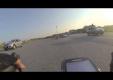 Группа гонщиков-велосипедистов противостоит начальнику полиции