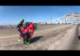 Пара сорвиголова мотоциклистов