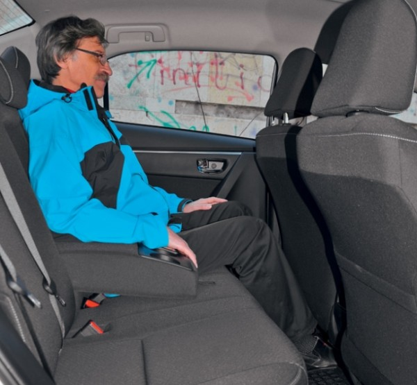 Kia Cerato-Toyota Corolla-Renault Fluence-Ford Focus-Citroen C4 sedan-15