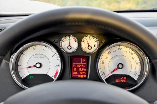 Citroen C4 Sedan. Peugeot 408-9
